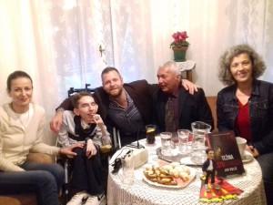 s lijeva na desno, Marissela Bolić (majka), Jan, gost večeri, glazbenik Zvjezdan Ružić, glumac i spiker Dubravko Sidor i urednica, predstavnica izdavača, Sandra Pocrnić Mlakar