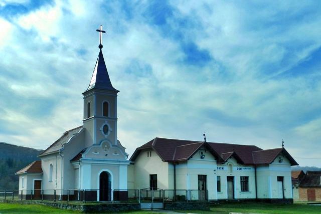 Crkva i vatrogasni dom u Djedinoj Rijeci